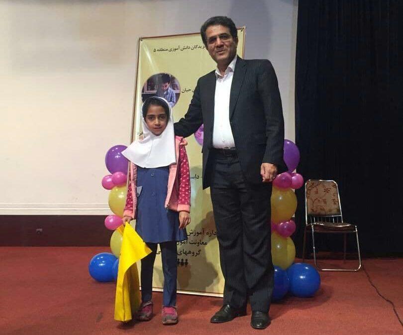حضور هستی احمدی پور در همایش دانش آموزان برتر منطقه ۵