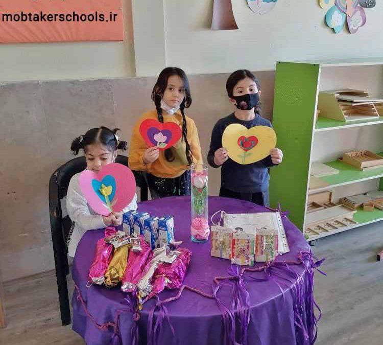 حضور نوگلان پیش دبستانی در مدرسه به مناسبت روز مادر